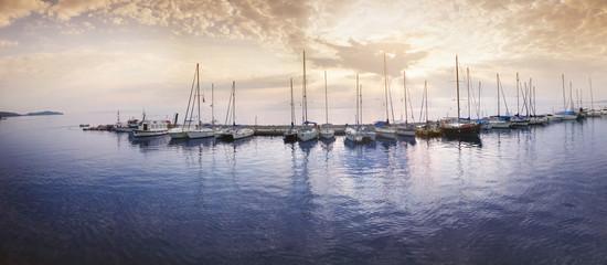 Sonnenaufgang in kleiner Bucht
