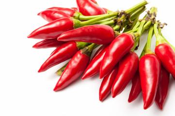 Peperoncini rossi piccanti isolati su sfondo bianco