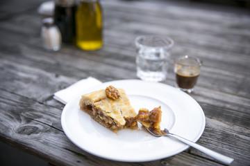 Kuchen, Espresso und ein Glas Wasser