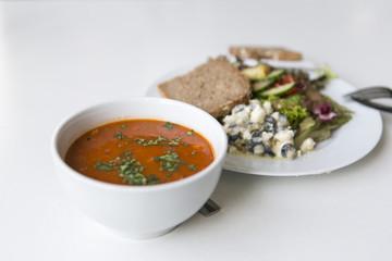 Tomatensuppe mit Salat, Schafskäse und Brot