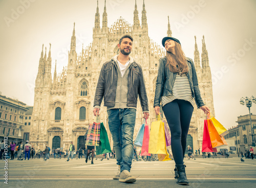Couple shopping in Milan - 71651112