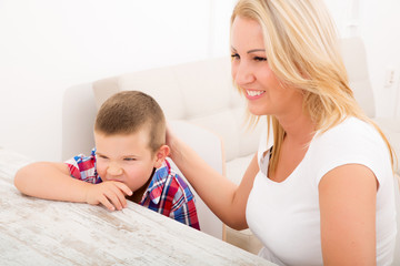 Mutter und Sohn am Tablett Pc