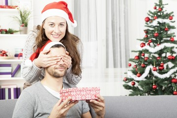 girls makes her boyfriend a christmas gift