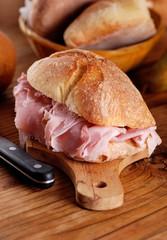 panino con prosciutto cotto sul tagliere di legno