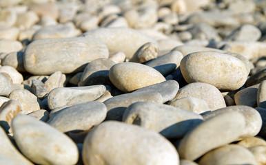 Kieselsteine am Flußufer