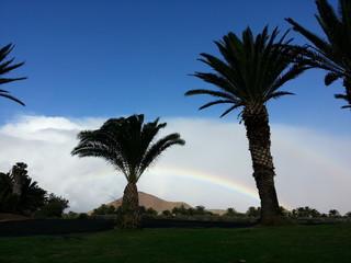 Regenbogen vor der Vulkan Landschaft nach Gewitter