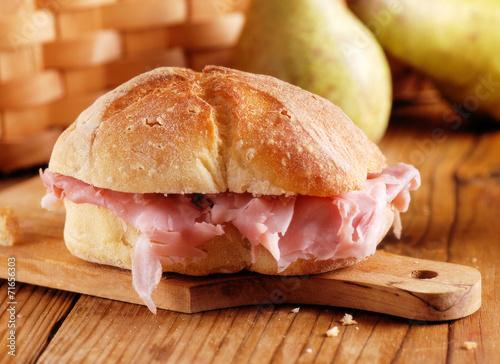 Fotobehang Snack panino con prosciutto cotto sul tagliere di legno