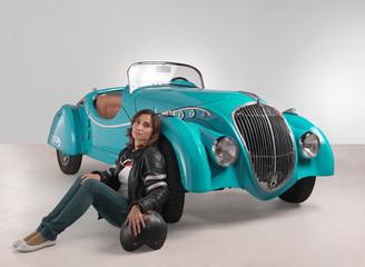 Auto d'epoca con ragazza