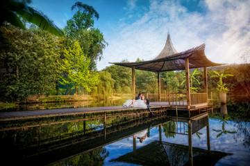 Noivos num cenário romântico junto ao rio
