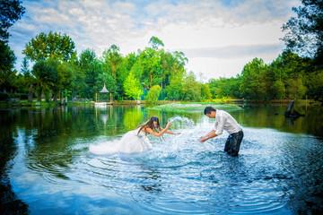 Noivos brincando na água