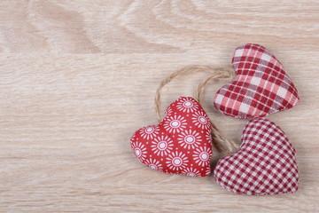 Herzen auf Holz Hintergrund