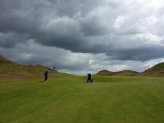 Golfer auf Golfplatz in Schottland,