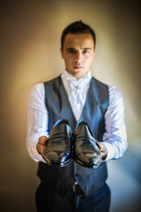 Noivo mostrando os sapatos