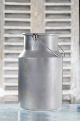 vieux pot de lait en aluminium