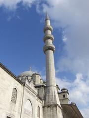 Minarett der Neuen Moschee an der Galatabrücke in Istanbul