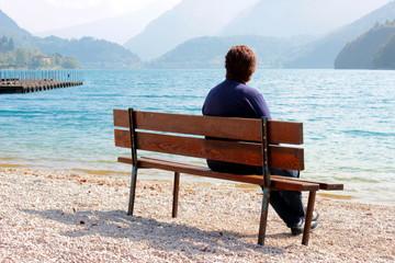 donna sulla panchina