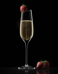 Einzelnes Champagnerglas mit Erdbeere