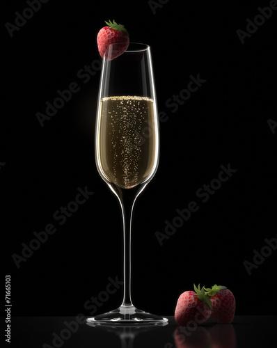 Einzelnes Champagnerglas mit Erdbeere - 71665103