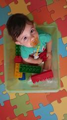 Niño sentado jugando