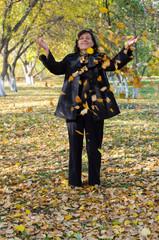 Женщина в осеннем парке