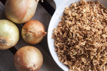 Few onions and dry onion flakes