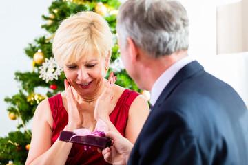 Rentner Paar feiert Weihnachten mit Geschenken