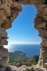 Вид на море через каменное окно