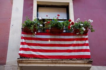 Balcon fleuri avec drapeau basque