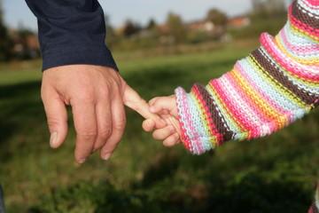 vater hält hand von kind