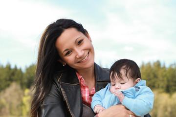 mutter ist glücklich mit baby