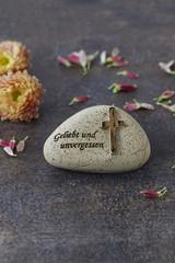 Stein mit Trauerspruch