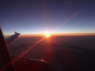 Sonnenaufgang aus Flugzeug & Freude auf Urlaub