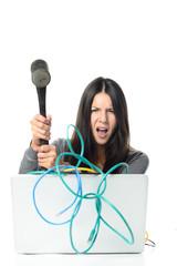 Wütende Frau zerschlägt ihr Laptop mit einem Hammer