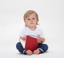 Kleiner Junge mit rotem Buch