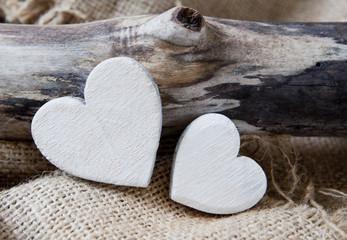 coeurs blanc sur fond de bois