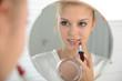 Mädchen trägt Lippenstift auf