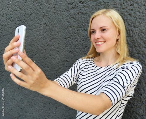 canvas print picture Frau macht Selfie mit Smartphone