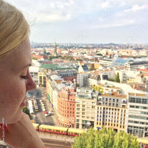 canvas print picture Mädchen schaut auf Berlin