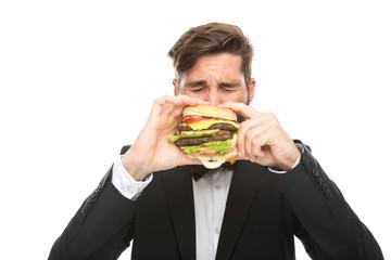 Mann beißt in Burger
