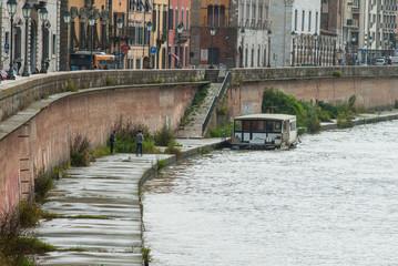 Battello turistico, veduta lungarni di Pisa