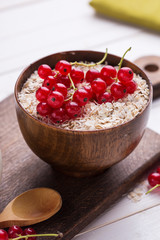 Oat flakes in bowl witn currant