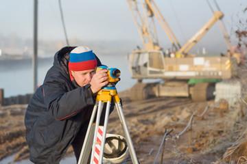 Инженер на строительном объекте производит измерения