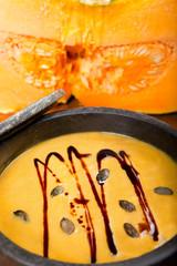 Kürbissuppe in Speckstein Topf, mit Kürbiskernen und Öl