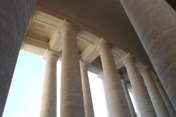 Säulen des Petersdomes in Rom