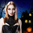 Vampir vor Halloweenhaus