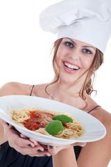 Junge Köchin serviert Spaghetti