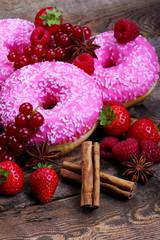 Ciambelle rosa con frutti rossi