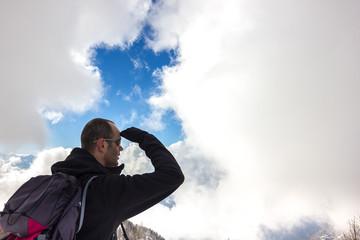 uomo guarda panorama di montagna invernale