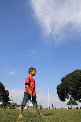 バドミントンをする幼児(5歳児)
