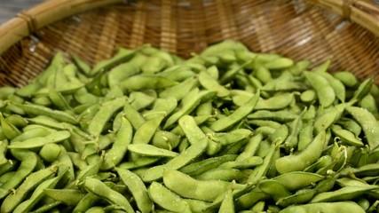 煮たばかりの湯気の出ている枝豆